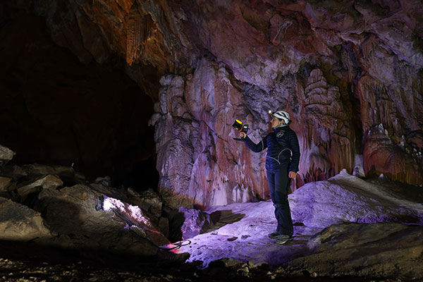 The handheld ZEB Horizon is put to the test by a Deep Time participant. (Photo: GeoSLAM)